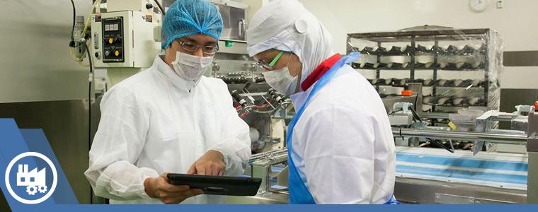 auditor de calidad revisando negligencias en la industria alimentaria