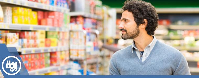 hombre observando productos en anaqueles de supermercado
