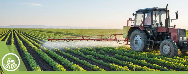 maquinaria regando los cultivos