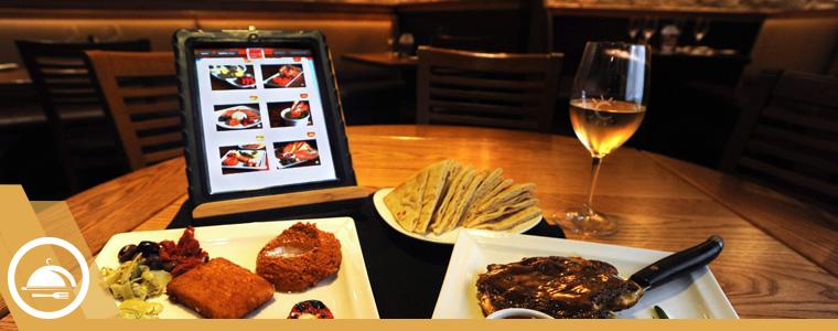 Menú digital en mesa de restaurante