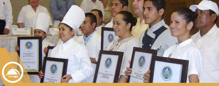 Personas mostrando su diploma de distintivo H